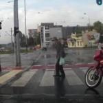 横断歩道を渡る老人へのバイク男性の粋な計らい