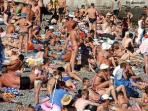 【面白画像】あなたならできる!ビーチに潜むニャンコの視線を感じ取れ!