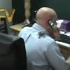 【ひどいイタズラ】同僚の背中に生きているタランチュラを置いたら胸元へ回りこんでった!