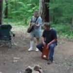 見たこと無い!森でギター弾いてる男性がコウモリに噛まれる瞬間!