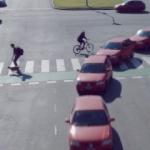 【映像作品 RUSH HOUR】車が行き交う中を平然と通り抜ける歩行者やバイク!まさにラッシュアワー!