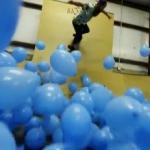 5001個の青い風船を敷き詰めたらスケートボードはこんなにも面白くなる!