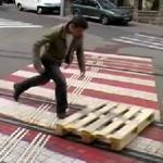 映画の1シーンみたい!パレットで路面電車の線路を滑走するクールガイ!