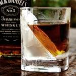 こんなグラスと氷でウイスキーを楽しみたい!斜めってる氷が作れるウイスキーグラス!