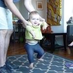 赤ちゃんの歩く練習を毎日撮影したので1分にまとめてみた!