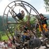 サーカスもビックリな音楽隊!巨大な車輪に乗って演奏する街頭音楽集団がインパクト抜群!