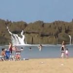 岩礁を乗り越えて砂浜に押し寄せる大波!プエルトリコのクローズドビーチが全然クローズドじゃなかった!