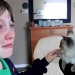 行方不明の猫が帰ってきた!2ヶ月ぶりの再会をした子供たちの喜びの涙!