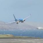 着陸寸前の横風で大きくバランスを崩すも無事着陸!パイロットすごい!でもこんな空港ヤダ!