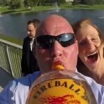 結婚式の招待客でウイスキーを回し飲み!カメラをビンに取り付けて撮影した記念映像!