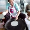 こんなふうに焼いてくんだ!?ベトナム料理のライスペーパーを薄く焼く方法!