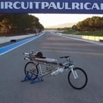 ロケットエンジンつけちゃいました!自転車なのに時速333kmでフェラーリF430を置き去りに!