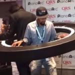 レディガガのキーボーディストが円形ピアノを弾く!内側に入って演奏する丸いキーボード!