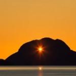 日没映像にかける情熱!ノルウェーの山、トゥガッテンの風穴の後ろを通る夕日のタイムラプス映像!