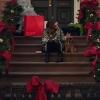 ケイト・スペードのクリスマスCM!家に入れない女性が鍵屋さん到着まで時間をつぶすストーリー!
