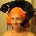 猫が帽子みたいに!朝の身支度中も一緒に居たいニャンコ!