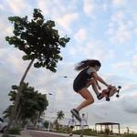 滑って踊る!スケートボードをしながらダンスする女の子!