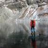 ガラスのように透明な氷が張った湖を歩く!湖の底までバッチリ見れちゃう!