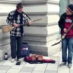 ギターとベース?いや、ほうきとシャベルのストリートミュージシャン!