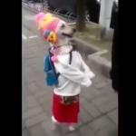 二本足で立ったまま散歩する犬!洋服を着たワンコが二足歩行で歩き続けるゾ!