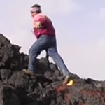 靴が燃えてる!溶岩流の上を歩く男!