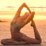 海岸でヨガをする少女が神秘的!夕暮れビーチは瞑想が似合う。