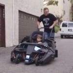 バットモービル型ベビーカーが完成!バットマン大好き一家に贈られる!