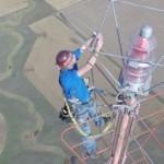 地上460メートルの電球を変える男!てっぺんで両手を離して自分撮り!