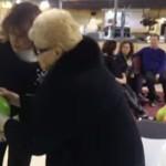 ほっこり動画!84歳のおばあちゃん、初めてのボウリング!