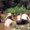 池の底に吸い込まれた大人と子供!助かった後の反応が正反対で面白い!