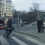 ケガ人無し!歩行者に突っ込みそうになるロシアの赤い車!