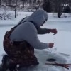氷の穴から鳥が釣れた!氷上釣りで驚きの釣果!