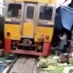 すごすぎ!忙しい野菜市場を通過する電車!