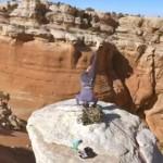 絶壁ヨガ!高い岩山の上でヨガをする女性!