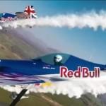 二機の飛行機が格納庫を時速300kmで飛び抜ける!RED BULLのスペシャル映像!