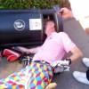 ごみ箱に頭を食べられるゴルファー