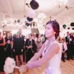感動サプライズ!結婚式のブーケトスから、わずか10秒で幸せを掴んだ女の子!