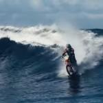 これは凄い!ダートバイクでサーフィン!陸地から海へ疾走!