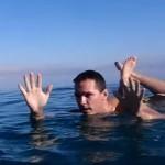 体がすっごく浮く!死海で泳いでみた!