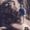 登山者ギリギリセーフ!谷間を飛びこえた瞬間に崩れる岩場!