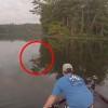 ボートで釣り!そのとき2匹の猫が泳いできた!