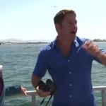 生放送中にシロナガスクジラが現れて大興奮の司会者!