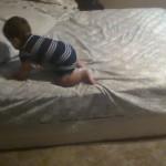 天才赤ちゃん、匠の技でベッドから降りる!