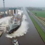 船、転覆しそう!側面からのドキドキ進水式!