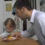 愛らしいイタズラ!娘のプリンを盗み食いするパパ!