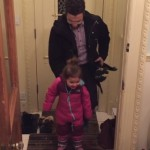 子供の冬用ブーツを簡単に脱がせるお父さん!