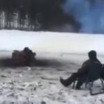 湖に張った氷を丸く切り抜いて回転しながら焚火で暖まる男たち!