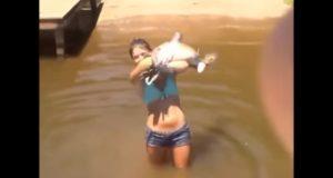スゴ技で捕獲!巨大ナマズを手に食いつかせて捕らえる女の子!